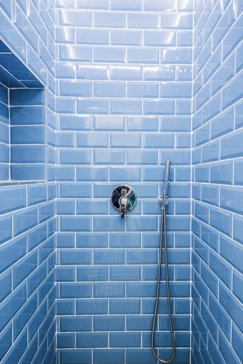 Badkamer-klein-tegels-blauw