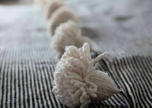 Handgewoven deken zwart wit gestreept detail